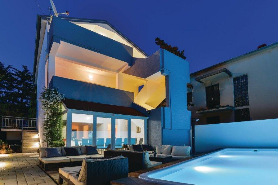 Villa with swimming pool in Diklo