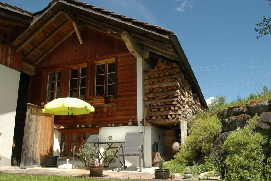 House in Switzerland, Kandergrund