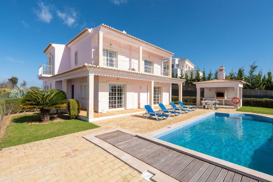 Villa in Portugal, Patroves