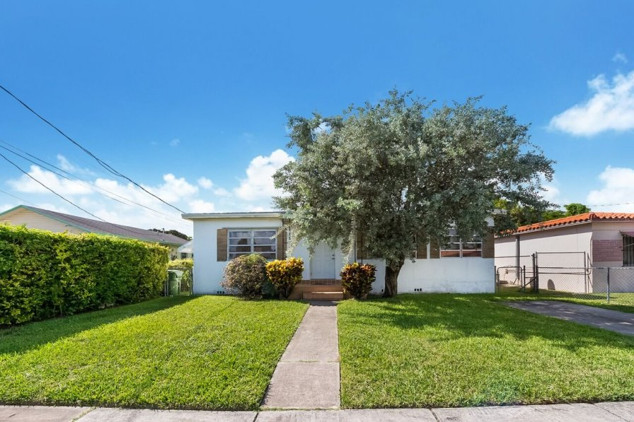 2/1, 3 beds, Spotless & Spacious house in Coconut Grove. CL