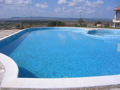 Villa in Bulgaria, Kosharitsa: The swimming pool with seating around.