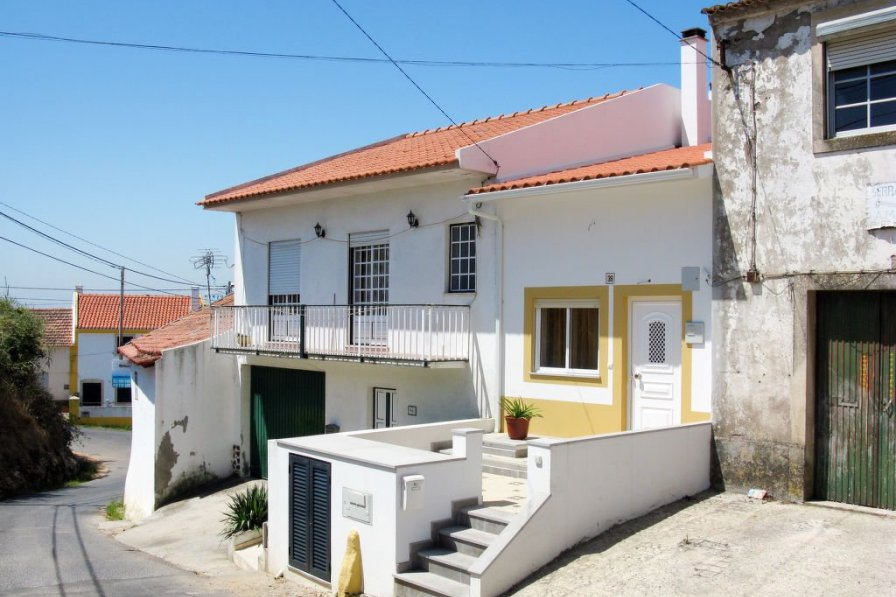 Villa in Portugal, Vestiaria
