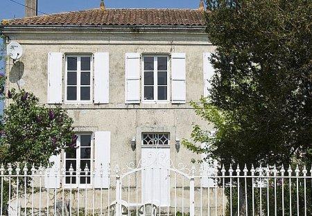 Country House in Villeneuve-la-Comtesse, France