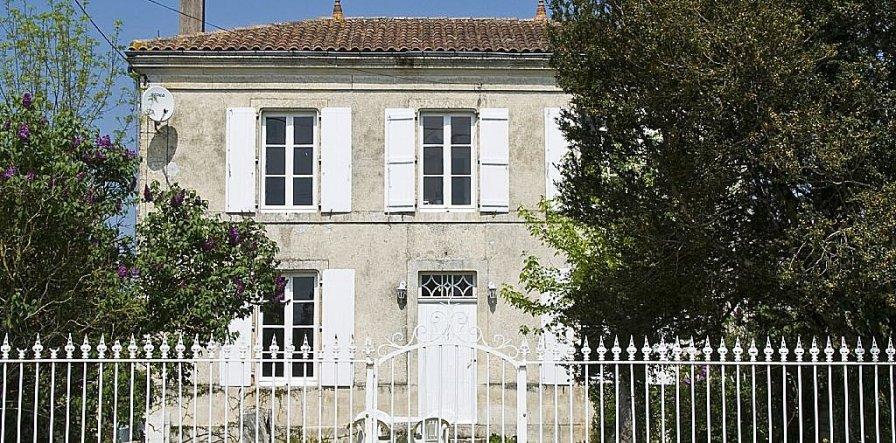 Country house in France, Villeneuve-la-Comtesse