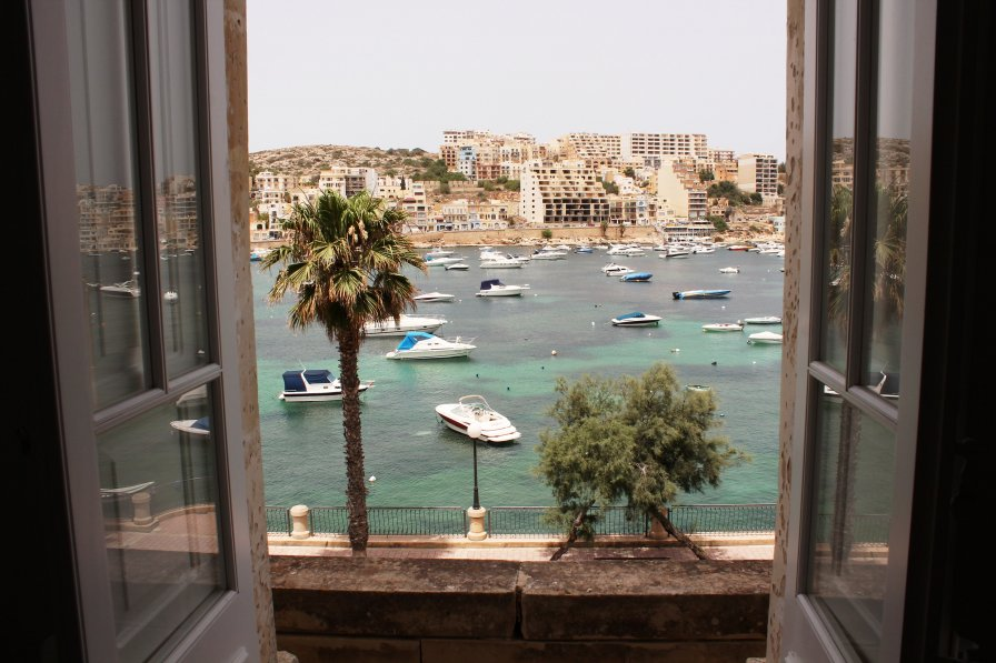 Blue Harbour 2 - Seafront Apartment in St. Paul's Bay