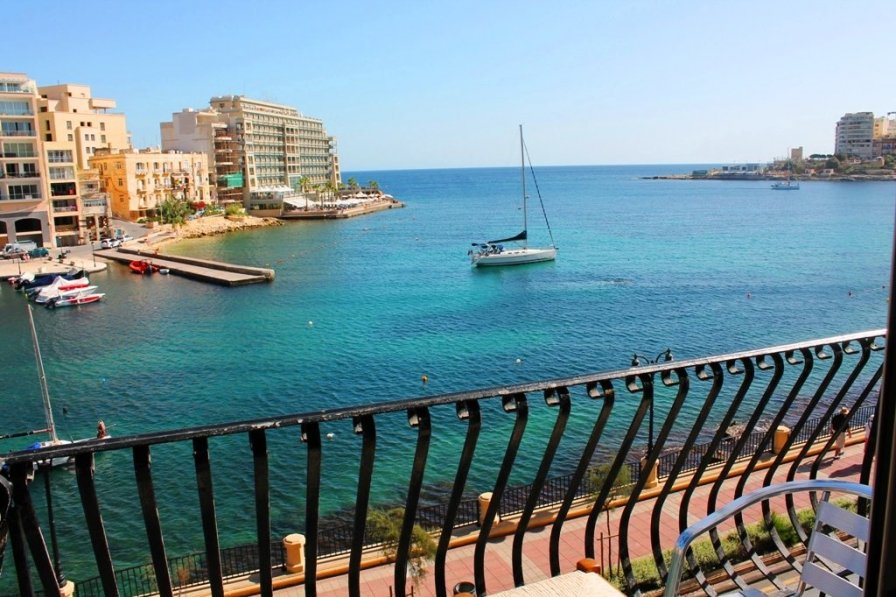 Spinola Bay Seafront Apartment
