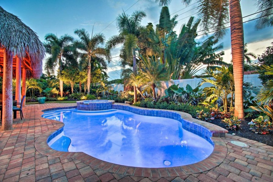 Tropical Oasis with heated pool and Tiki hut. Minutes from beach.