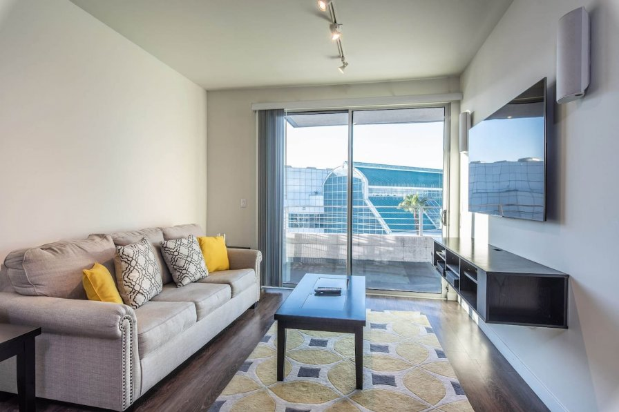 DTLA Apartment right by Convention Center