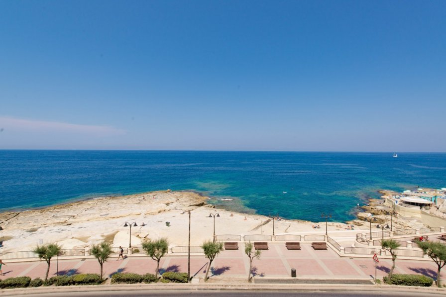 Spacious Seafront Apartment with Stunning Views