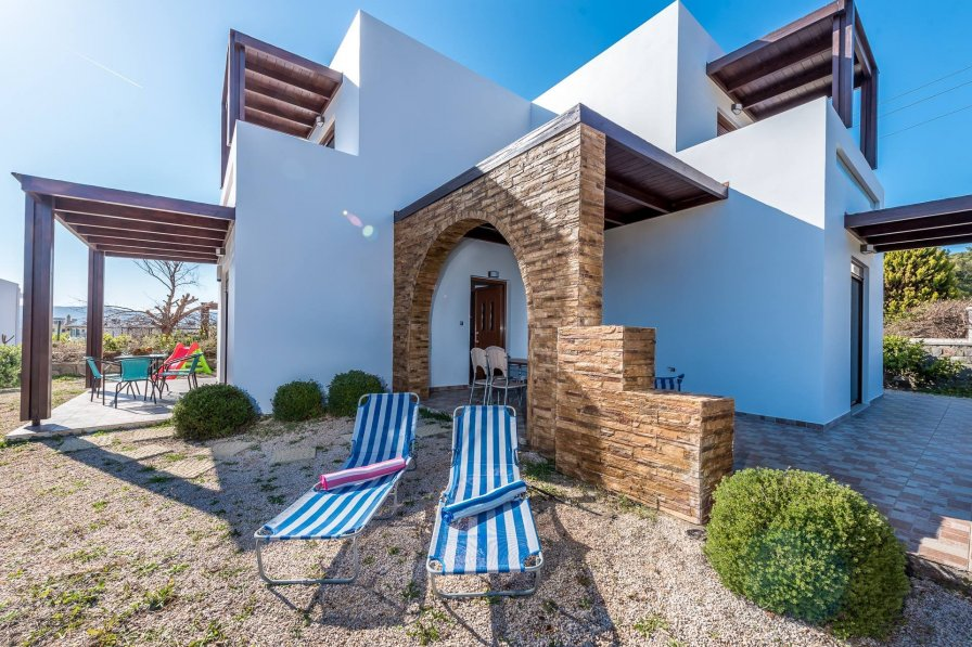 Avra Villa a few meters from the beach