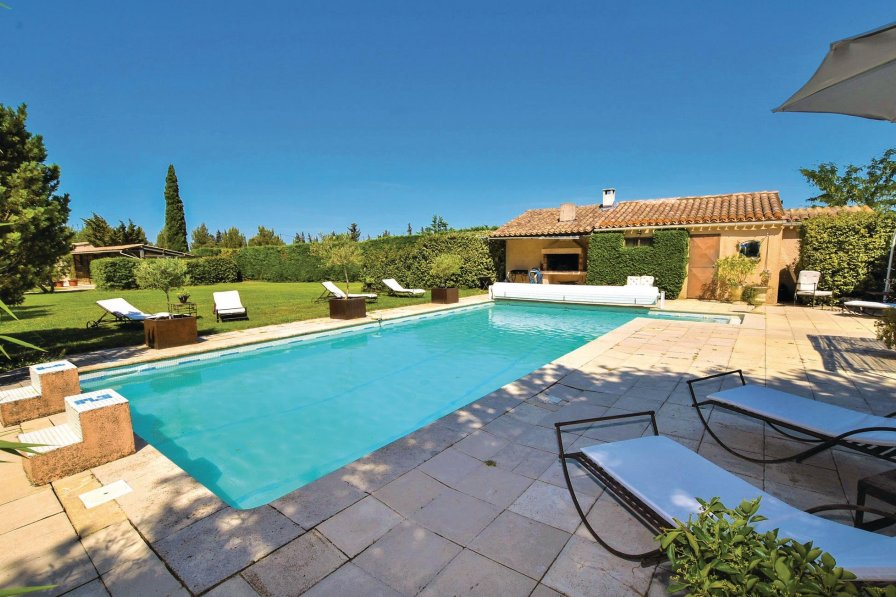 Lagnes holiday villa rental with shared pool