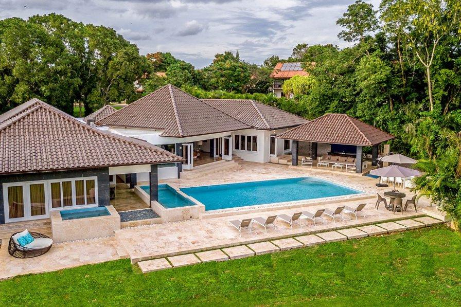 Owners abroad Casa de Shenika