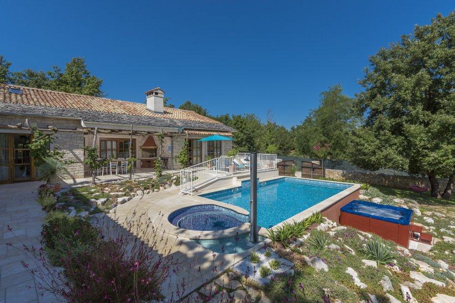 Villa in Croatia, Heki