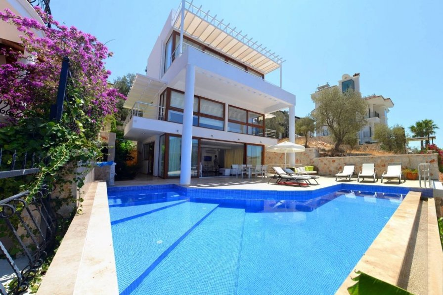 Owners abroad Luxurious 4 bedroom Villa in enviable location