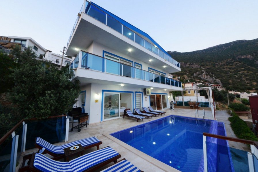 Owners abroad Spacious 5 Bedroom villa, Large Infinity pool with Stunning views