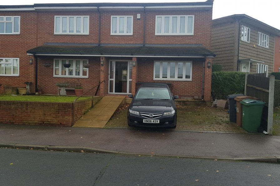 Owners abroad 4 bedroom 2 bathroom House with only 30 mins from Central London