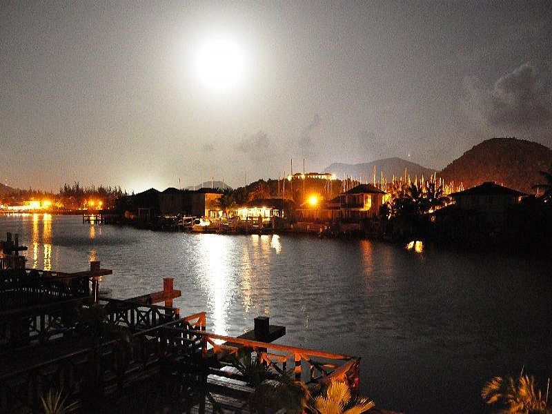 Villa in Antigua and Barbuda, Jolly Harbour: View from balcony at night