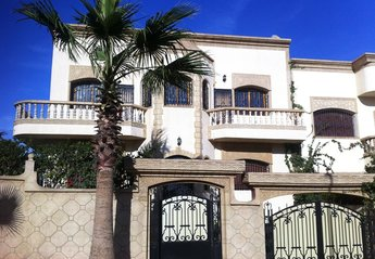 Villa in Morocco, Sale: front facade, entrance to ground floor apartment and garage