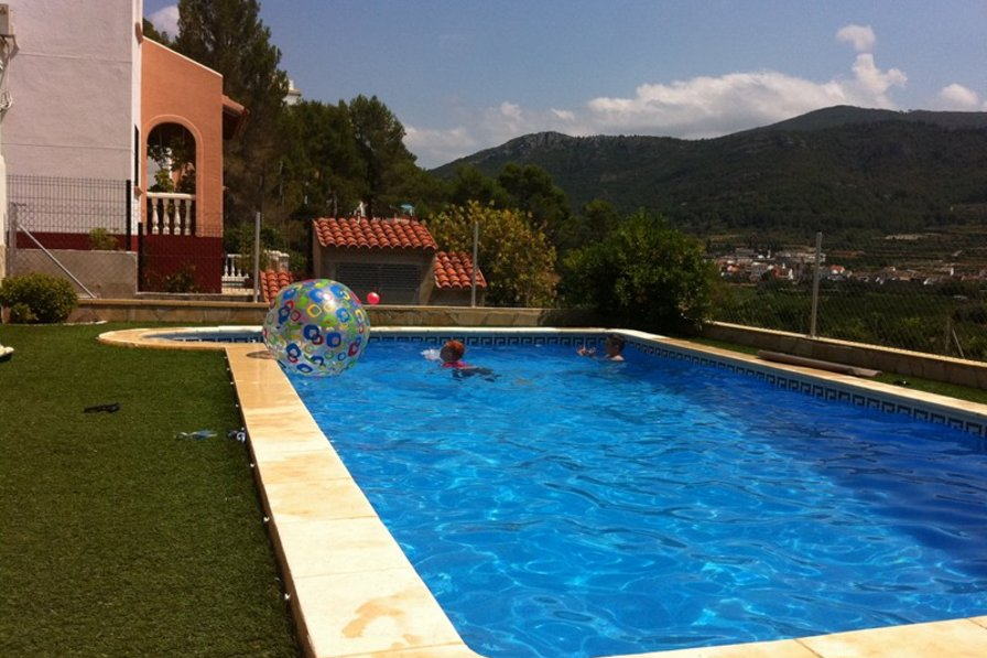 Villa in Spain, Monte Vernisa: The pool is now fully enclosed with privacy screening
