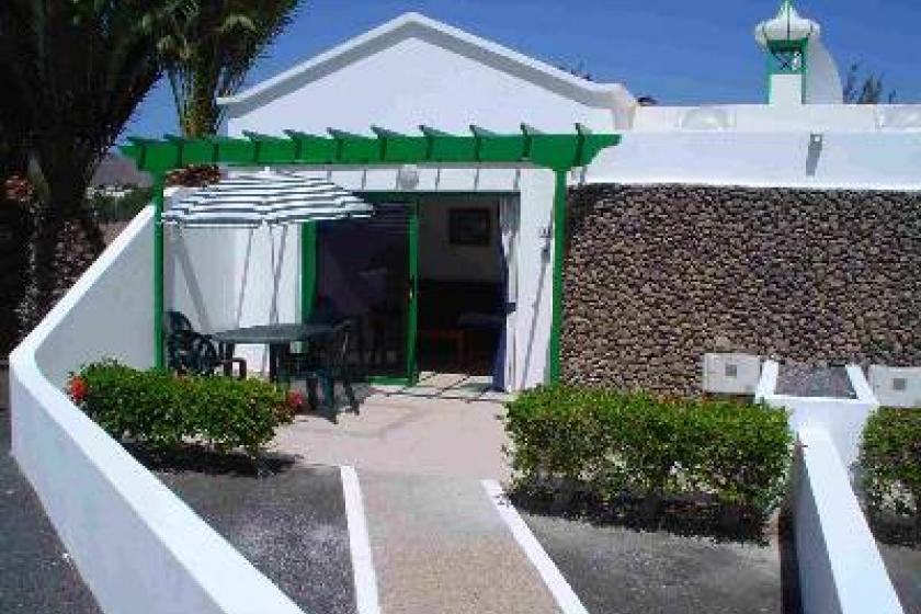 Bungalow to rent in playa blanca lanzarote with pool 53322 for Bungalows jardin del sol