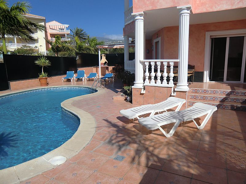 Villa in Spain, Los Cristianos: Spacious pool area