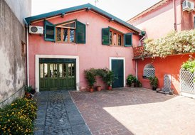 Charming Sicilian Villa near the sea and Etna. Free Wi-Fi, garden