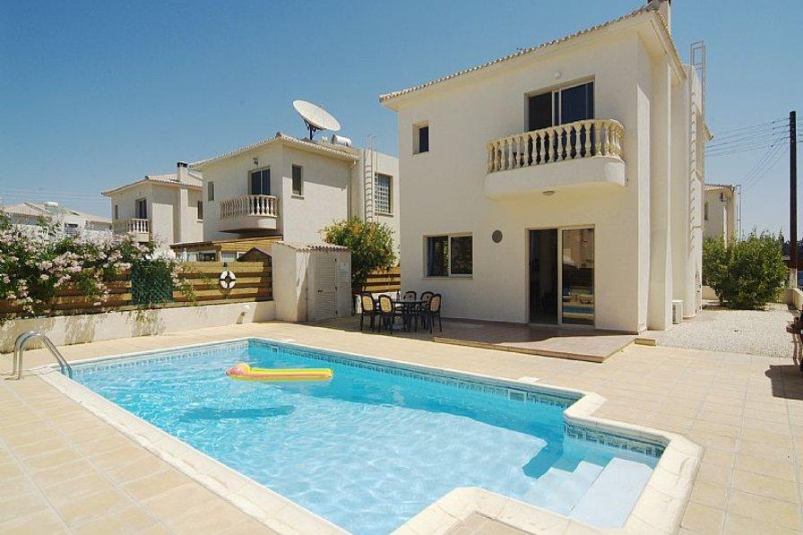Villa in Cyprus, Mandria: Your own pool cleaned twice per week.