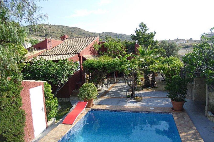 Villa in Spain, El Campello: Villa and pool