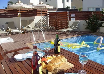Villa in Cyprus, Pernera: swimming pool with sun beds for 6