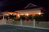Villa in Thailand, Prachuabkhirikhan: Jill and Johns Thai House at night