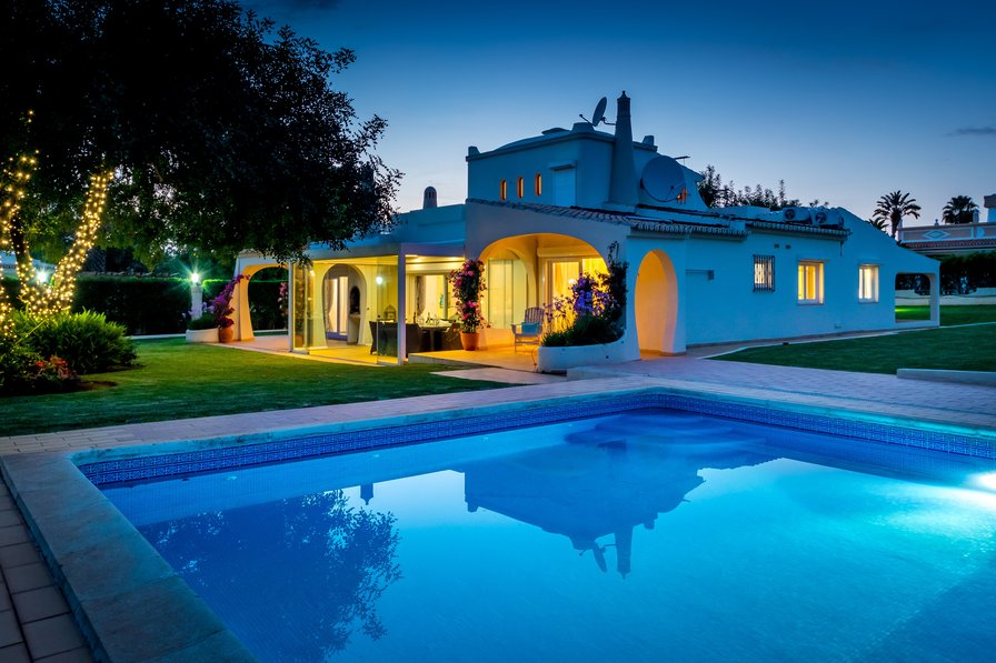 Villa to rent in vilamoura algarve with private pool 69270 for Villa de luxe contemporaine