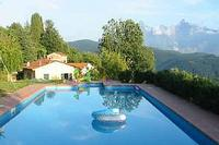 Villa in Italy, Lunigiana: The pool, house and view