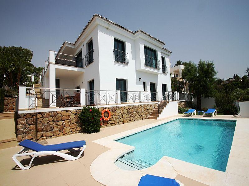 Villa in Spain, Elviria: Modern villa with excellent views and facilities