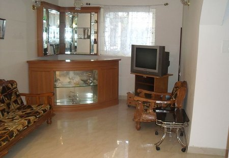House in Benaulim, India: TV and bar area