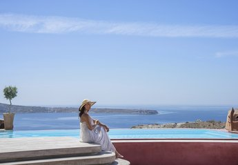 Villa in Greece, Oia: An attractive, light and airy villa build with lots of Santorini style