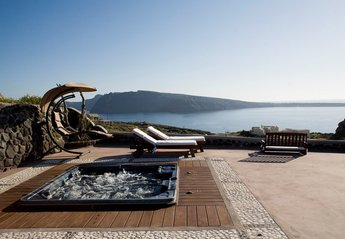 Villa in Greece, Oia: The front yard with the private outdoor heated jacuzzi for 8 persons.
