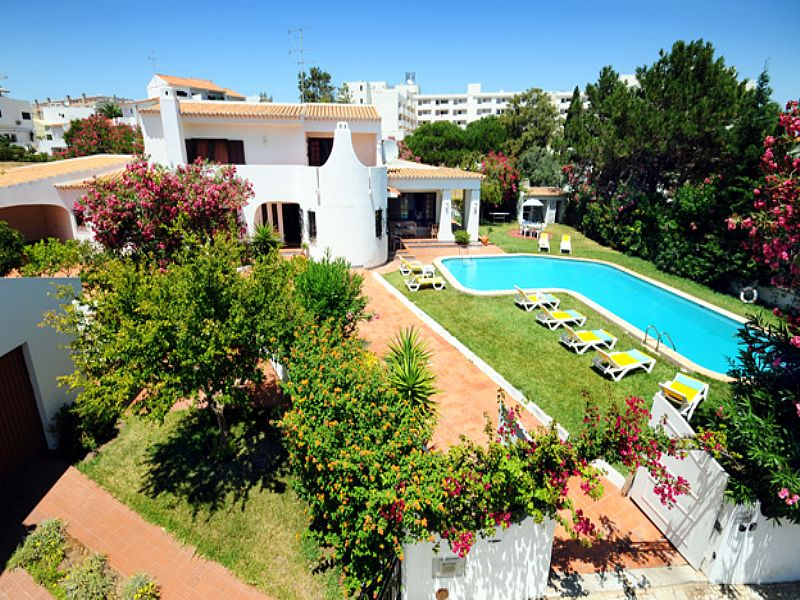 Villa in Portugal, Oura: Beautiful Large 4 bedroom villa, with a large L shape private pool and ga..