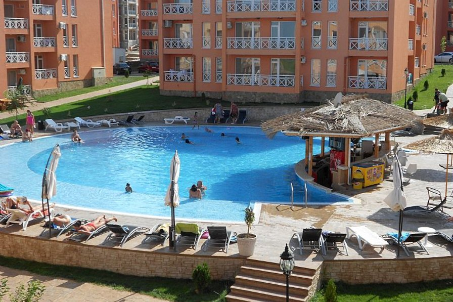 Apartment in Bulgaria, Tankovo: Swimming pool with bar and view from balcony