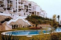 Apartment in Spain, Calahonda: Pool and apartment building
