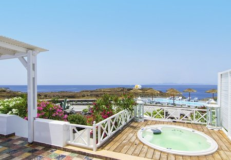 Villa in Oia, Santorini: Outdoor hydro-massage spa (5 persons) for an exclusive relaxation.