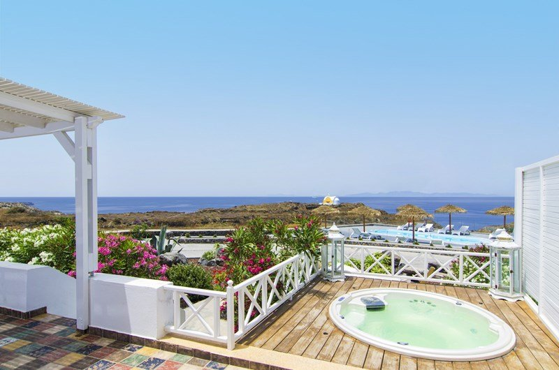 Villa in Greece, Oia: Outdoor hydro-massage spa (5 persons) for an exclusive relaxation.