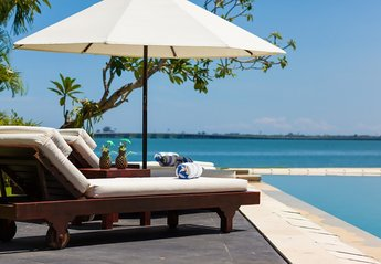 Villa in Indonesia, Bali Nusa Dua: Sun loungers by the pool