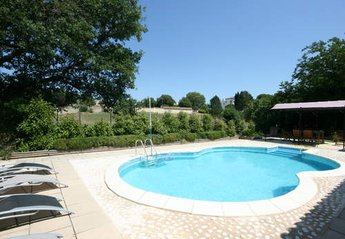 Bungalow in France, Uzès: Relax by the private pool.