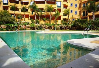 Apartment in Spain, San Pedro de Alcantara: Swimming pool and garden area with loungers