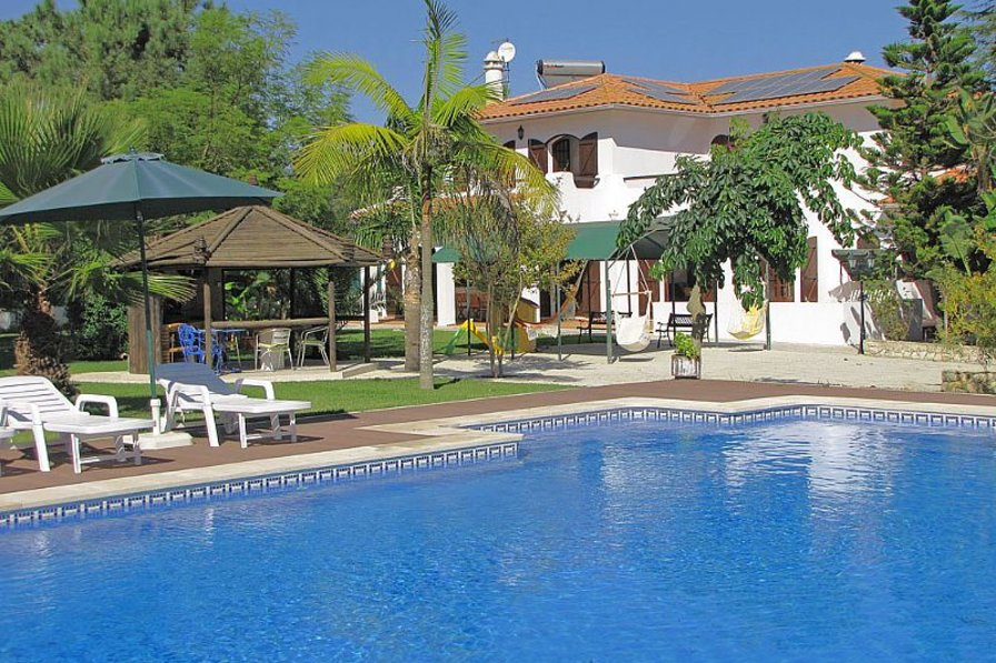 Villa in Portugal, Aroeira: Pool and villa viewed from the garden