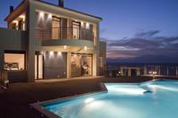 Villa in Greece, Akrotiri: Villa terraces and infinity swimming pool at night