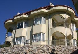Lakeside Villa 03