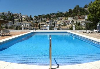 Town House in Spain, Benahavís: This pool is a stone's throw away