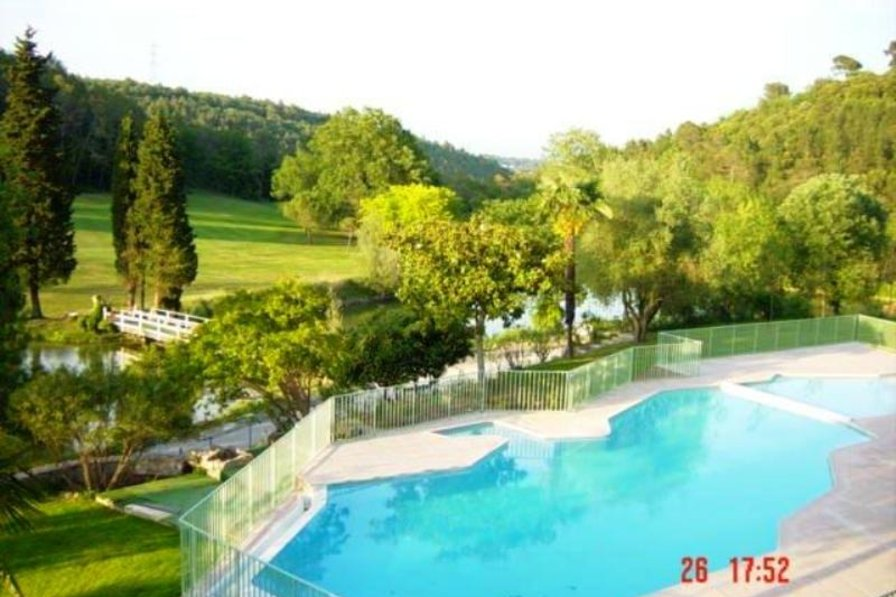 Apartment in France, R Grasse: Swimming pool with view of golf course