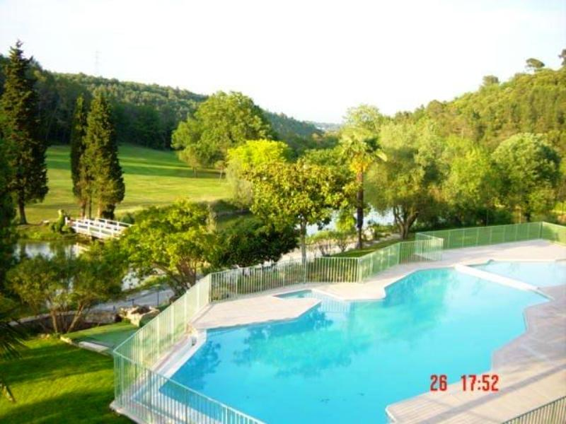 Apartment in France, Alpes-Maritimes: Swimming pool with view of golf course